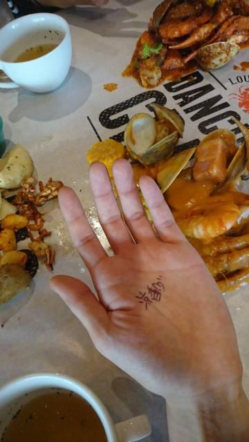 手で食べるゴハンは美味しいおヾ(´ー`)ノ!